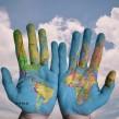 carte du monde mains